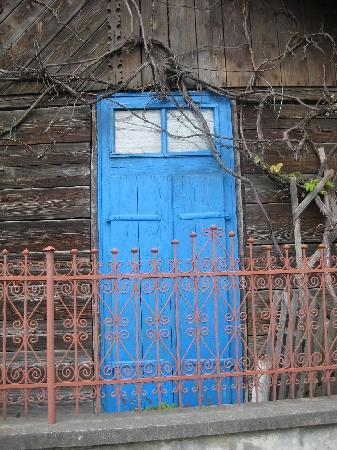 Maramures County, Rumania: Happy Blue Door in Sapanta
