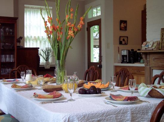 Chimes Bed and Breakfast: The bright colorful dining room where breakfast is served, daily.