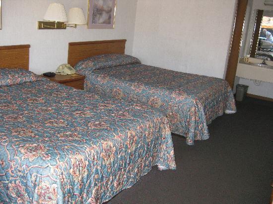 Econo Lodge Cedar Point: 2 Queen room