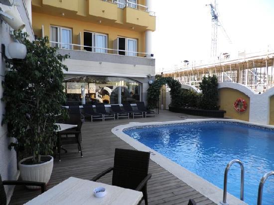 Hotel Augusta Club - Adults Only : une partie de l'hôtel vue de la terrasse piscine