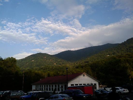 Maggie Valley Creekside Lodge: view from parking lot