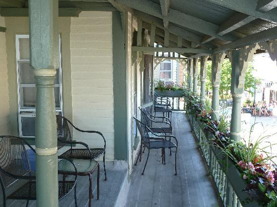 Nashua House Hotel: The deck on the second floor (rooms 1-4)