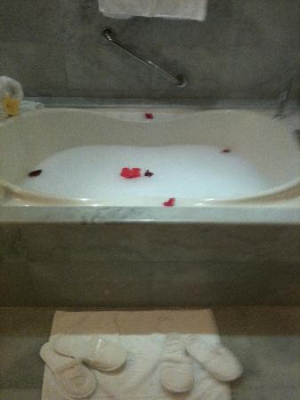 Iberostar Grand Hotel Rose Hall: Special bath from butler
