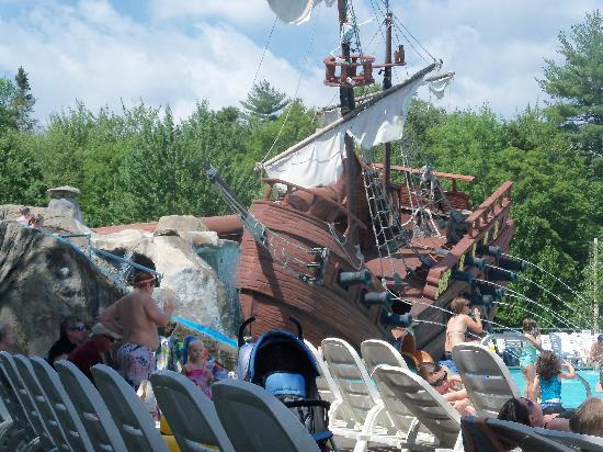 Warren, Nueva Hampshire: Pirate ship with pool