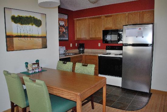 Residence Inn Colorado Springs South : Kitchen