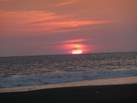 Hotel Caleta Azul: Sunset on the beach at Caleta Azul