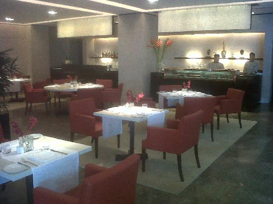 The Oberoi, Mumbai: The Fenix restaurant in the lobby