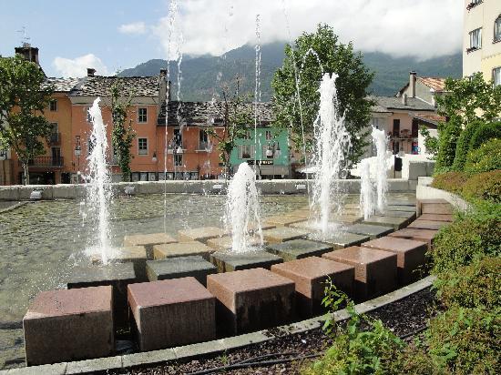 Saint-Vincent, Italia: Fontana con hotel sulla destra.