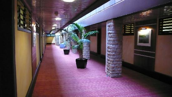 Hotel Mercure Mont Saint Michel : 廊下もゆったりした広さ