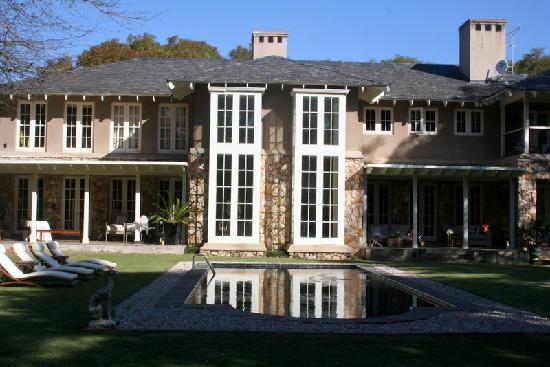 Grendon House: Lie by the pool