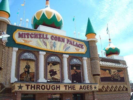 ‪كومفرت إن آند سويتس: Corn Palace in Mitchell‬