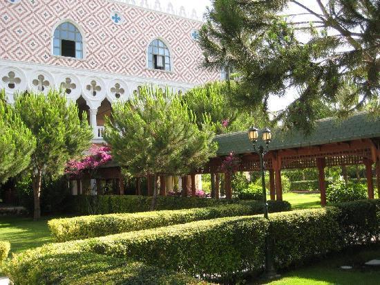 Venezia Palace Deluxe Resort Hotel: Garden in front restaurant