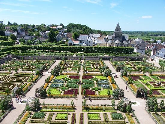 Villandry, Frankrike: View of gardens and church from the castle tower