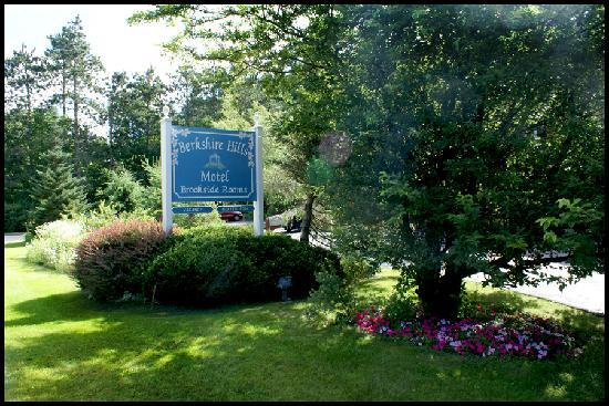 Berkshire Hills Country Inn: Sign in front on Route 7