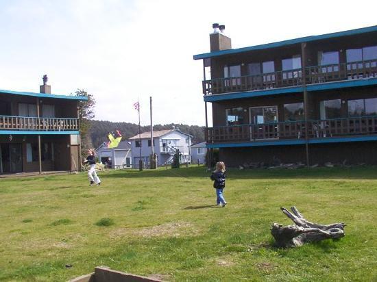 Hi-Tide Ocean Beach Resort: girls flying kites on lawn of High Tide