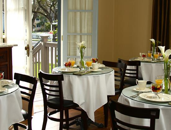 Arbor Guest House: Mornings, enjoy our sunny breakfast room... afternoons, drop in for tea, coffee or hot chocolate