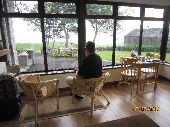Kinbane Farmhouse B&B : relaxing in the breakfast room enjoying the  view