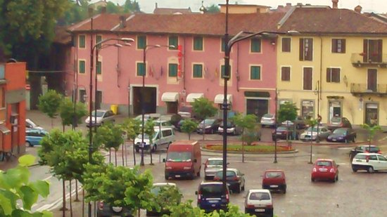 Bra, Italia: The hotel is easy to spot, it's pink.