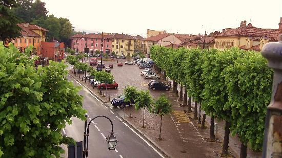 Nuovo Hotel Giardini: The piazza on a rainy day.