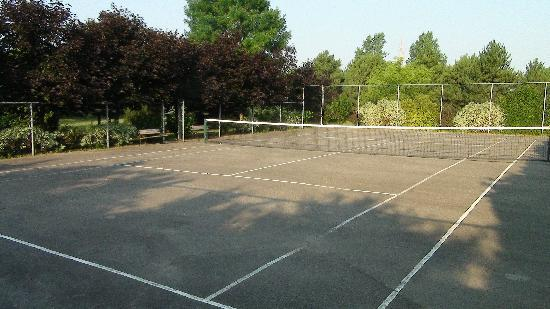Silver Birches by-the-Lake B&B: Tennis Court