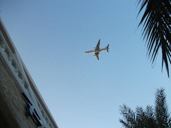 Paras Beach Apartments: Flight path over our appartments 24hrs a day