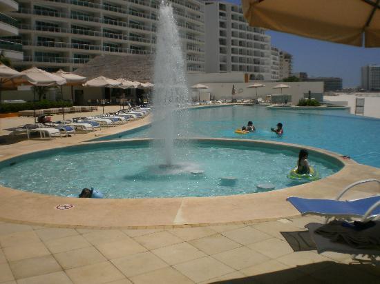Porto Fino Bay View Grand: kiddie pool with fountain next to main pool
