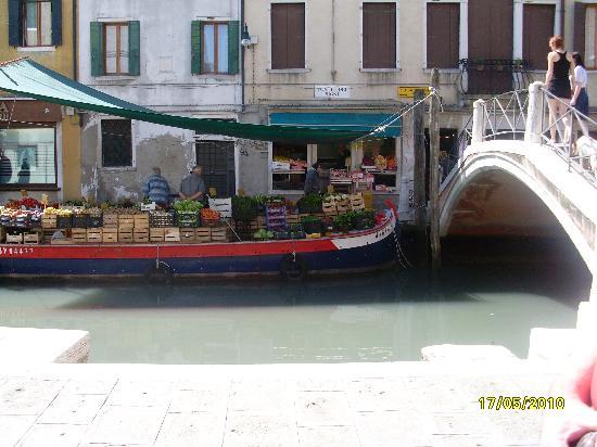 Osteria Dei Pugni: View across Ponte Dei Pugni