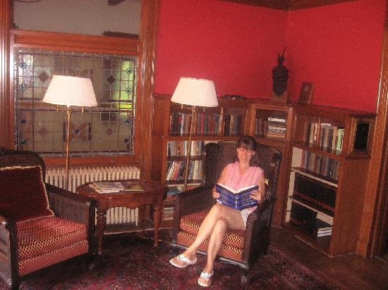Manor House Inn: The library...note authentic Tiffany windows!