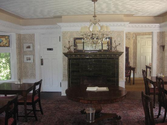 Manor House Inn: Dining room with interesting glazed mantle