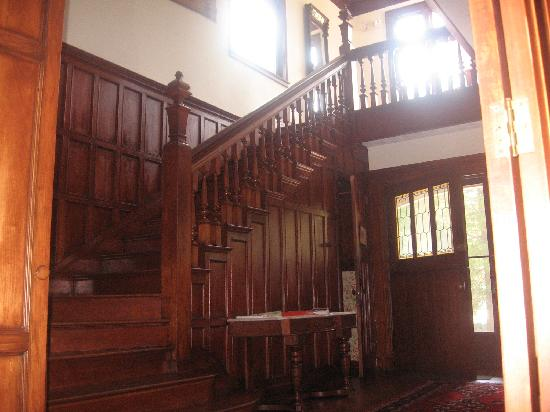 Manor House Inn: Staircase in main entry hall