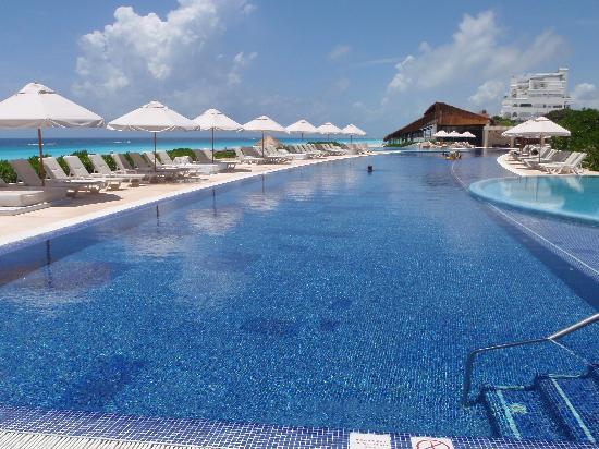 Live Aqua Beach Resort Cancun : Large pool