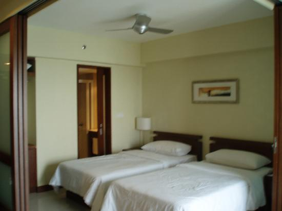 Avillion Admiral Cove: sliding door to separate the bed and livin area