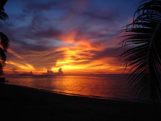 Melati Beach Resort & Spa: Melati Sky Ablaze with color at sunset