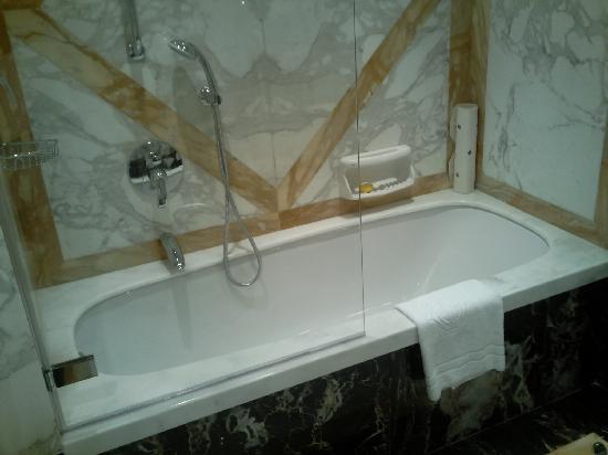 Hotel Principe Di Savoia: Salle de Bains