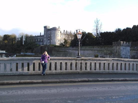 Kilkenny, Irland: View of the castle over the river