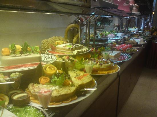 Side Star Beach Hotel: typical pudding buffet