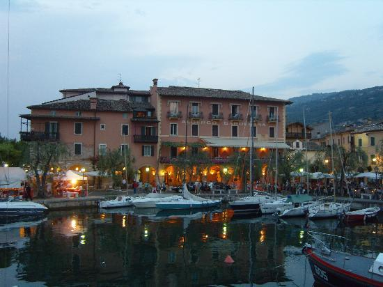 Torri del Benaco, Italie : Torri Harbour in the evening