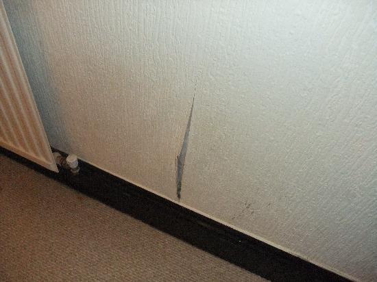 Bishops Court Resort Garden House Hotel: Bedroom Wallpaper falling of from damp
