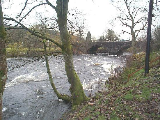 Bridgend Cottage Bed and Breakfast: Fast flowing River Leny