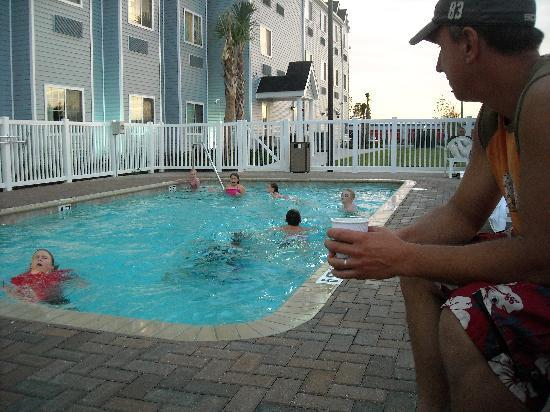 Microtel Inn & Suites by Wyndham Spring Hill/Weeki Wachee : poolside