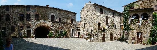 Villa Acquaviva: la splendida piazza di Montemerano