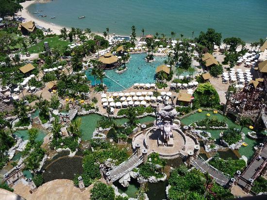 Centara Grand Mirage Beach Resort Pattaya : Pool overview