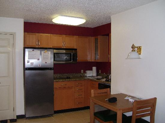 Residence Inn Waco: Well-appointed kitchen