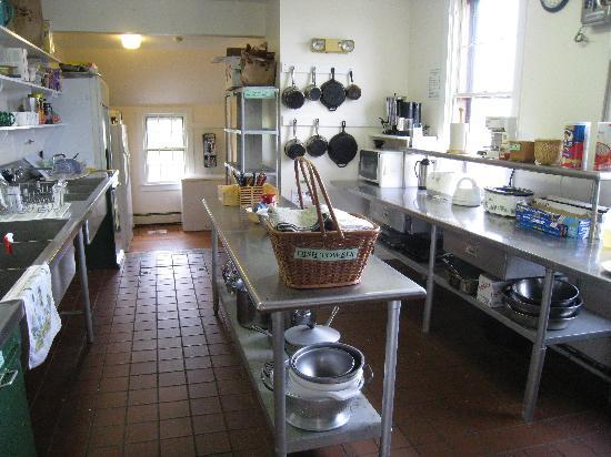 Star of the Sea Hostel: hostel kitchen. Guests are responsible for own meal preparation and cleanup