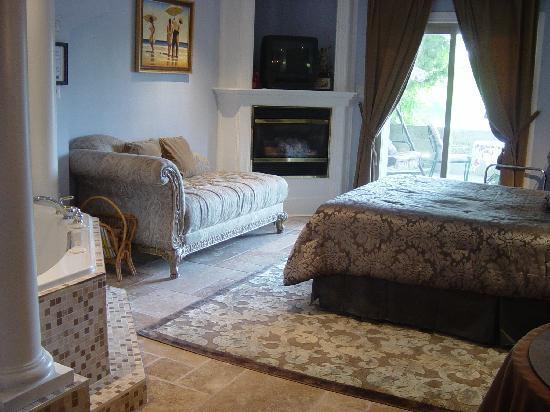Angel's Rest Bed & Breakfast: Cherub's Hideaway riverside suite
