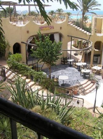 Jewels Sahara Boutique Resort: scene in restaurant