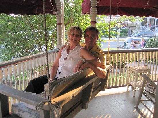 Beauclaire's Bed and Breakfast: Relaxing on the swing