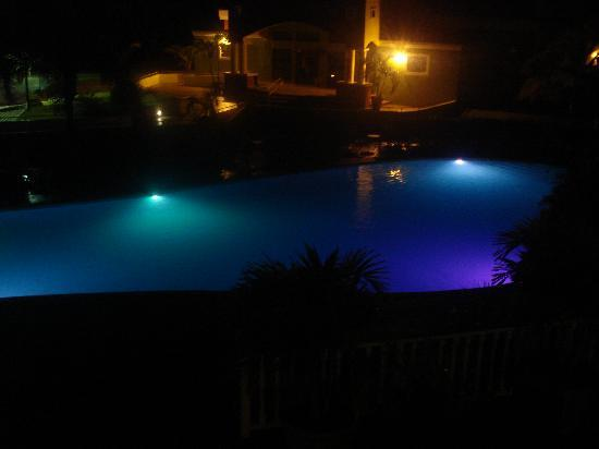 Hotel Punta Maracayo: Pool at night