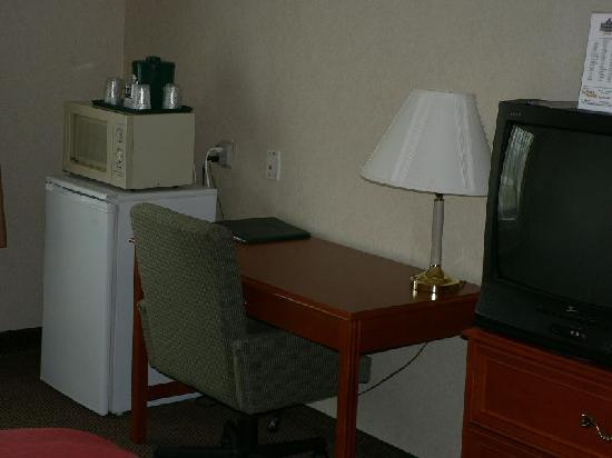 Country Inn & Suites by Radisson, Bel Air/Aberdeen, MD: Desk, microwave, refrigerator
