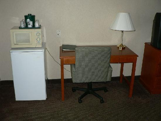 Country Inn & Suites By Carlson, Bel Air East at I-95 Riverside (Aberdeen) : Desk, microwave, refrigerator